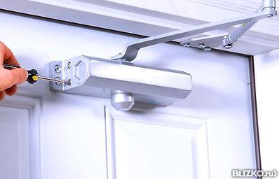 Как регулируется доводчик двери