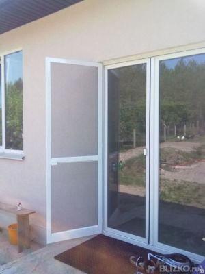 Москитная дверь с ручкой на балконную дверь.